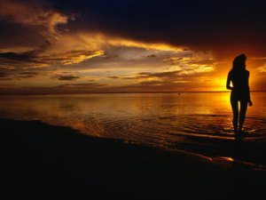 hendrie-peter-woman-on-beach-at-sunset-cook-islands